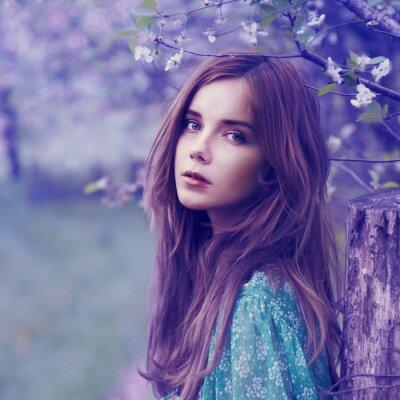 Bild Porträt einer schönen Blondine im Frühjahr