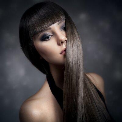 Bild Porträt einer schönen Frau, brünett mit langen glatten Haaren