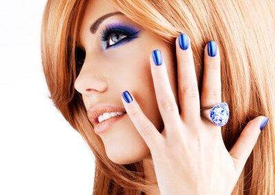 Bild Porträt einer schönen Frau mit blauen Nägeln, blau Make-up
