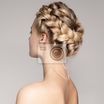 Bild Porträt einer schönen jungen blonden Frau mit Braid Crown Frisur.
