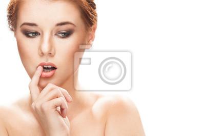 Porträt einer schönen jungen Frau, die denken, isoliert auf weißem
