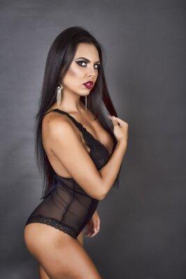 Bild Porträt einer sinnlichen brunette Frau posiert in sexy schwarzen Linger