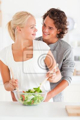 Porträt eines lächelnden Paar bereitet einen Salat
