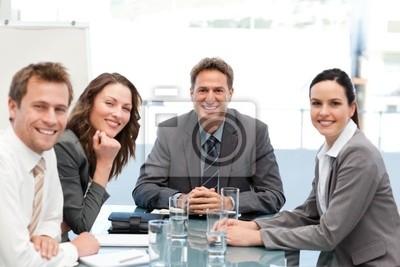 Porträt eines positiven Teams, die an einem Tisch