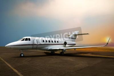 Bild Privatjet-Flugzeugparken am Flughafen. Mit Sonnenuntergang Hintergrund