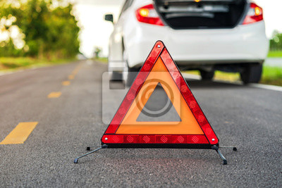 Bild Problems car and a red triangle warning sign on the road
