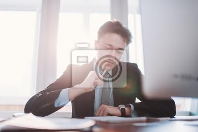 Professionelle Business Mann Im Buro Arbeiten An Seinem Schreibtisch