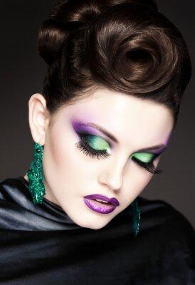 Bild professionellen blauen Make-up und Frisur auf schöne Frau Gesicht