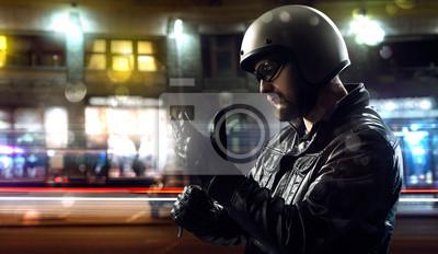 Radfahrer in der Nacht in der Stadt