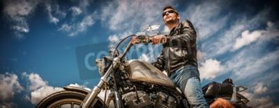 Bild Radfahrermann, der eine Lederjacke und Sonnenbrille sitzen auf seinem Motorrad trägt.