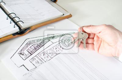 Bild Realtor holding house keys