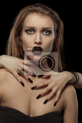 Recht gotisches Brünette Frau mit den Händen am Hals