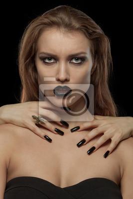 Recht gotisches Frau mit den Händen von Vampir am Hals