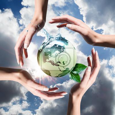 Recycling-Elemente in den Händen