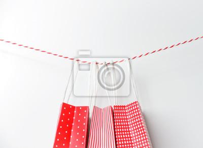 Red Geschenk Paket Papiertuten Hangen An Einem Band Leinwandbilder
