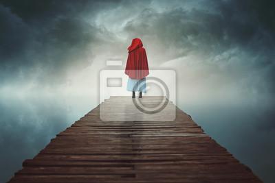 Red hooded Frau verloren in einem surrealen Land