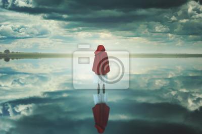 Red Kapuzen Frau in einem fremden Landschaft mit Wolken