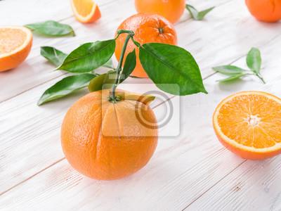 Bild Reife Orangen auf dem weißen Holztisch.