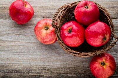 Bild Reife rote Äpfel auf Holzuntergrund.