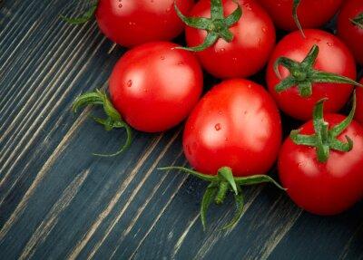 Bild Reife Tomaten auf dunklem hölzernen Hintergrund