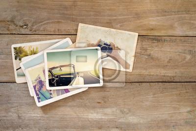 Bild Reise-Fotoalbum auf Holztisch. Sofortiges Foto der Polaroidkamera - Weinlese und Retro Art