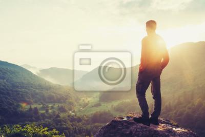 Bild Reisender junger Mann stand im Sommer Berge bei Sonnenuntergang und genießen Blick auf die Natur