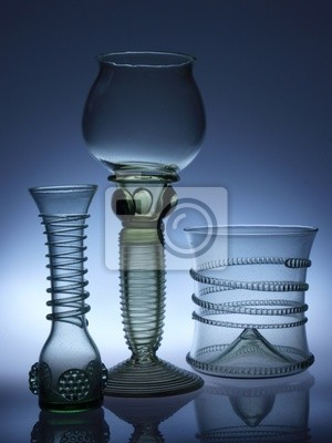 Renaissance-Gläser auf dem dunklen Hintergrund