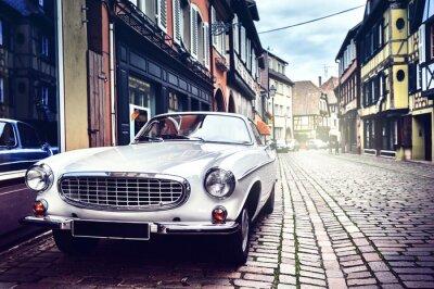 Bild Retro Auto in alten Stadtstraße