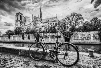 Bild Retro Fahrrad neben Notre Dame Cathedral in Paris, Frankreich und der Seine. Schwarzweiss-Weinlese