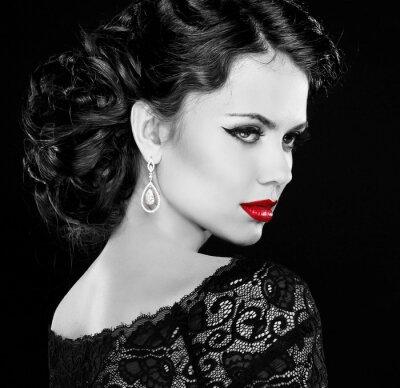 Bild Retro Frau. Mode Modell Mädchen Porträt. Schwarz-Weiß-Foto.