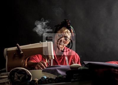 Bild Retro Frau Nähen und das Rauchen von Zigaretten