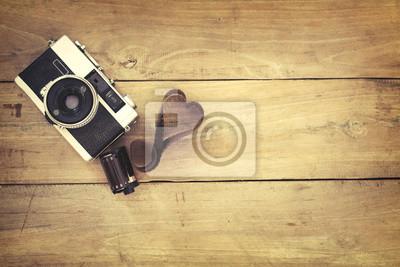 Bild Retro-Kamera auf Holz Tisch Hintergrund, Vintage-Farbton