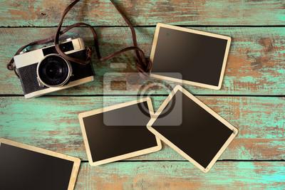 Bild Retro-Kamera und leere alte Instant Papier Fotoalbum auf Holztisch - leere Bilderrahmen Vintage-Stil