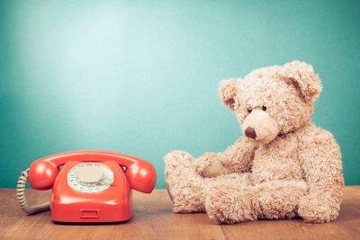 Bild Retro rote Telefonzelle und Teddybär near mint grüne Wand
