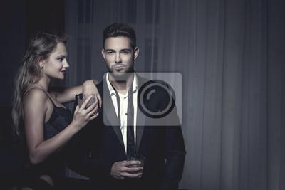 Bild Rich Macho junger Mann trinken Whiskey mit Liebhaber