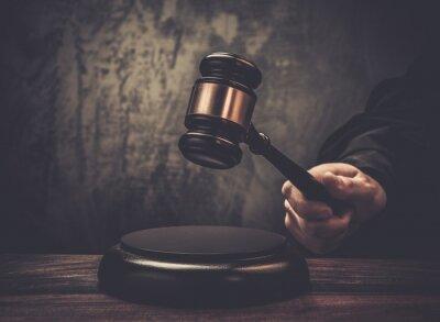 Bild Richters halten Hammer auf Holztisch
