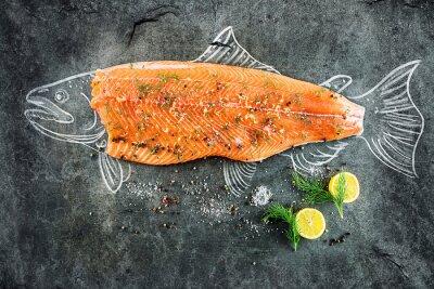 Bild Rohes Lachs Fisch Steak mit Zutaten wie Zitrone, Pfeffer, Meersalz und Dill auf schwarzem Brett, skizzierte Bild mit Kreide von Lachsfischen mit Steak