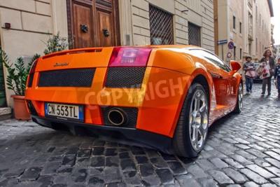 Bild Rom, 23. Oktober 2010: Ein Lamborgini ist auf einer gepflasterten Straße geparkt.