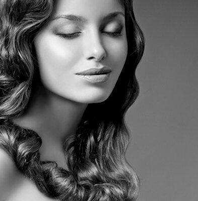 Bild romantische Brünette mit lockiges Haar