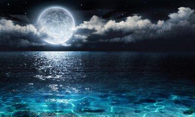 romantischen und malerischen Panorama mit Vollmond am Meer bis in die Nacht