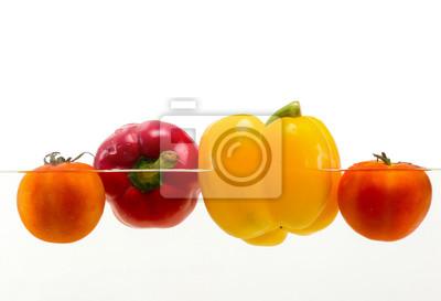 Rot gelb grün Paprika im Wasser auf weißem Hintergrund