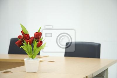 Bild Rote Blume auf Besprechungstisch