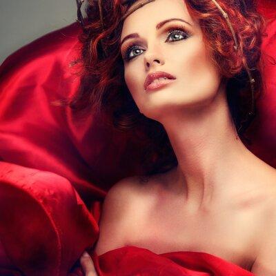 Bild Rote Haare. Portrait der schönen Mädchen in roten Stoff