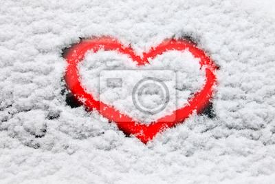 Rote Herzen im Schnee