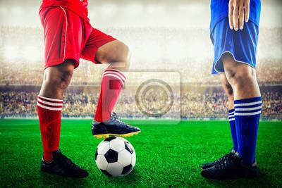 rote Mannschaft gegen blaues Team im Stadion des Fußballfußballs