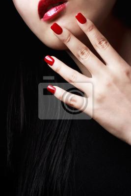 Rote Nägel und Lippen
