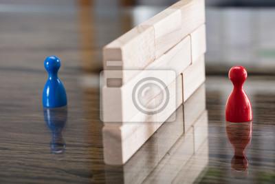 Bild Rote und blaue Figürchen-Tatze getrennt durch hölzerne Blöcke