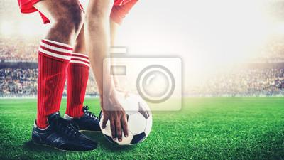 Roter Team Fußballspieler erhalten den Ball zu Freistoß oder Elfmeter während des Spiels im Stadion