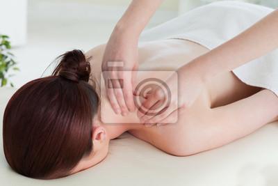 Rothaarige Frau mit einer Rollmassage