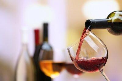 Bild Rotwein Gießen in Glas Wein, close-up